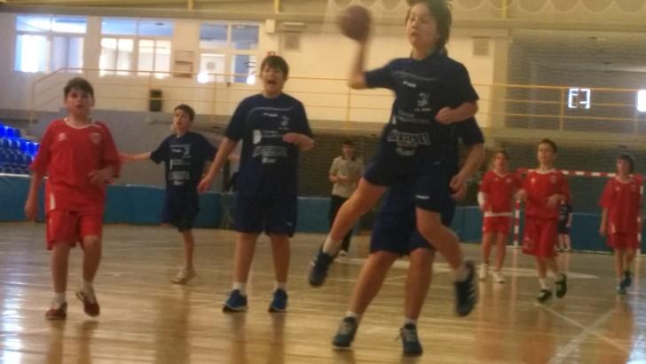 El equipo sénior de balonmano cae, pero la escuela hace pleno de victorias