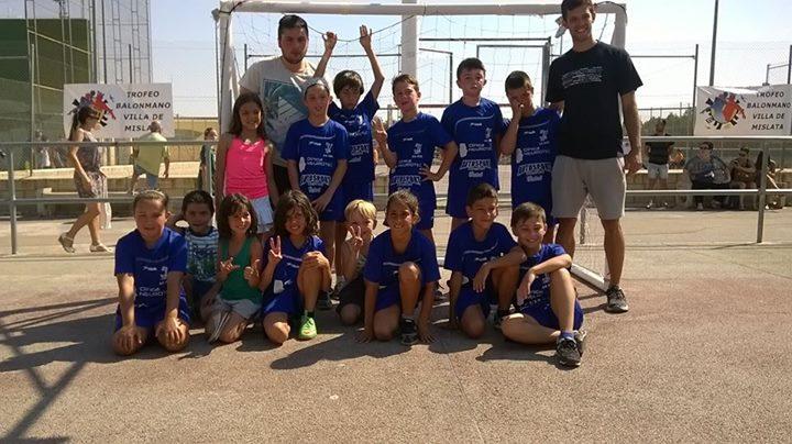 El benjamín del Club Balonmano Buñol realiza un excelente torneo en Mislata