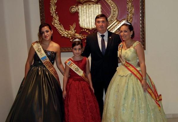 """Las imágenes de la presentación de las Reinas del Mantón y la Representante de """"La Artística"""" de Buñol"""