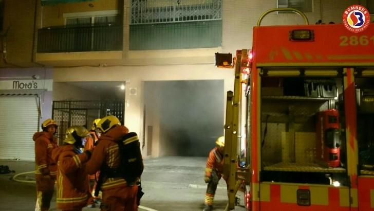 Un incendio en la Avenida del Prado de Buñol deja dos intoxicados por humo