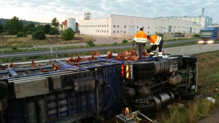 Un conductor queda atrapado tras volcar su camión a la altura de Buñol