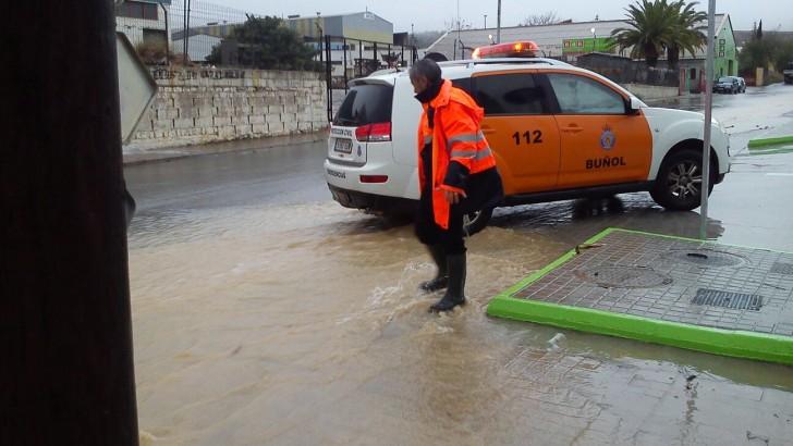 Policía Local y Protección Civil ayudan a minimizar los daños causados por las lluvias en Buñol