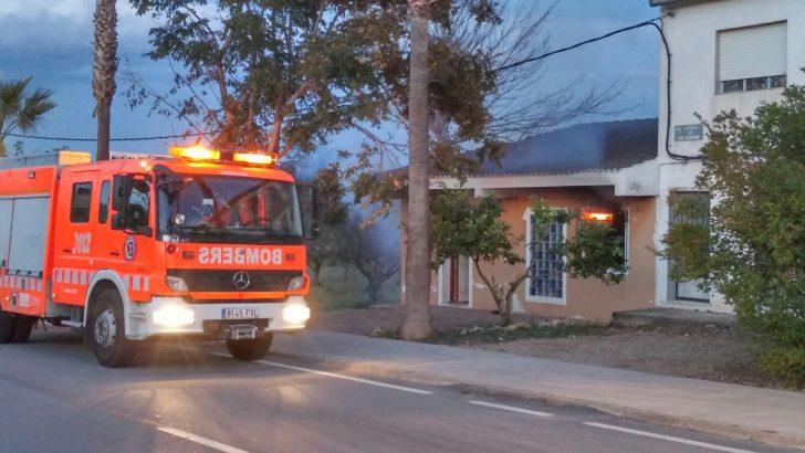 Los bomberos sofocan el incendio de una vivienda abandonada en Macastre