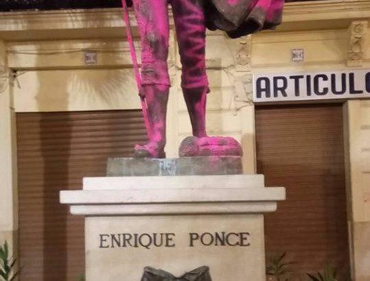 Aparece pintada la estatua de Enrique Ponce en Chiva