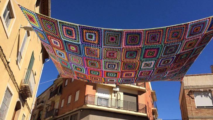 El grupo Ganchillo Solidario de Buñol participa en la Bienal de las Artes