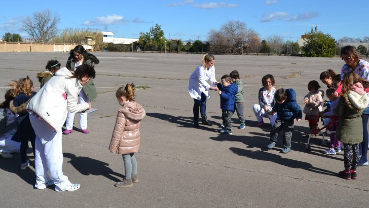 El Hospital de Manises enseña a niños autistas a habituarse al ruido de los petardos